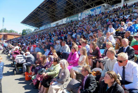 Тисячі свідків Єгови заполонили стадіон «Поділля»
