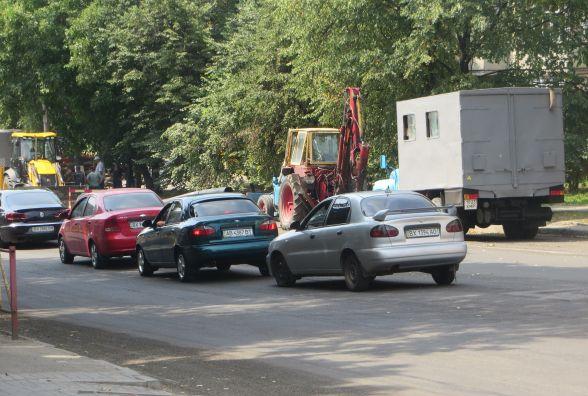 На перехресті Свободи і Зарічанської затор. Комунальники розрили дорогу
