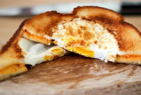 Сніданок за 5 хвилин: як приготувати яйця в тостах