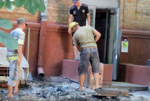 Біля управління благоустрою тротуар встелять плиткою