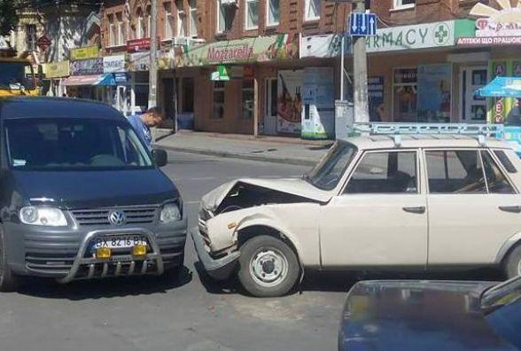 """На Подільській не розминулися дві іномарки. Пасажирку забрала """"швидка"""""""