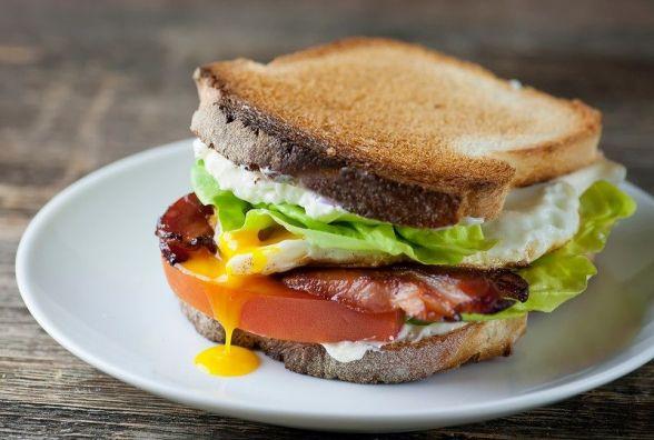Сніданок за 5 хвилин: як приготувати сендвіч з беконом
