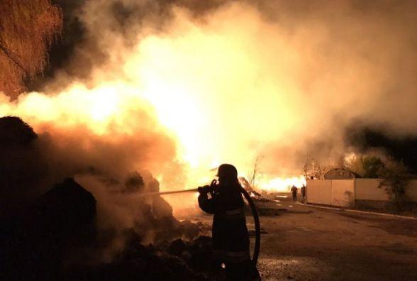 Майже 30 рятувальників і 9 машин. Стали відомі деталі масштабної пожежі у Старокостянтинові