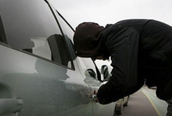 Автомобільні крадії забирають з автівок хмельничан все, що трапиться під руку