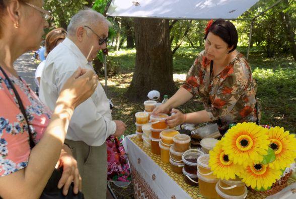 У парк Чекмана з'їхалися пасічники. Який мед і за скільки продають