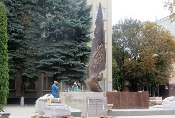 На Соборній вже встановили пам'ятник Небесній Сотні