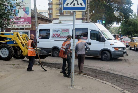 На Подільській перекрили дорогу. Комунальники «латають» ями