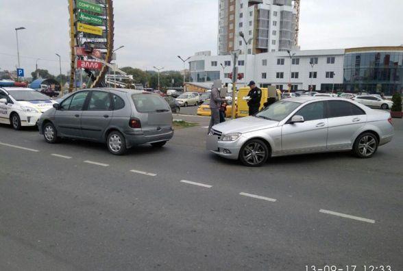 "В центрі Хмельницького зіткнулися ""Renault"" і ""Mercedes"""