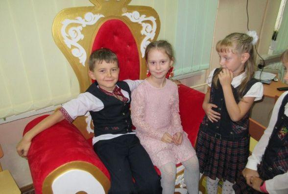 У Хмельницькому дітей заохочують читати за допомогою казкового трону