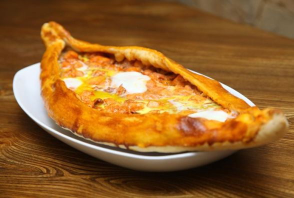 Смачно та корисно: як приготувати піде з яйцем на сніданок