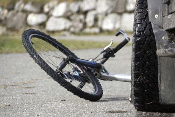 На Зарічанській велосипедист в'їхав у припарковане «BMW X1»