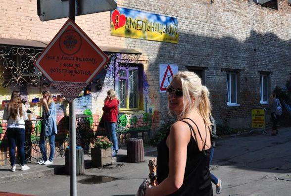 Біля «Рукавички» поставили знаки, де хмельничанам радять фотографуватись