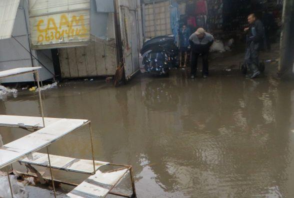 Хмельницький заливає дощем. «Поплила» взуттєва алейка на Толкучці