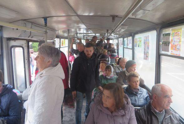 Без кондукторів і задарма: з самого ранку тролейбуси у Хмельницькому переповнені