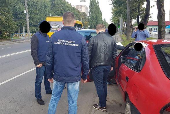 На Кам'янецькій затримали посадовця Хмельницької РДА, який взяв 12 000 гривень хабара