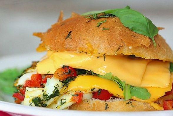 Смачний та швидкий сніданок: як приготувати бургер-омлет
