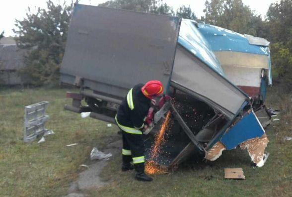 У Красилівському районі водій вантажівки злетів у кювет