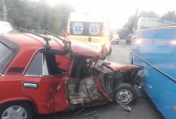 """На Кам'янецькій """"ВАЗ"""" врізався в автобус. Водій легковика отримав травми"""