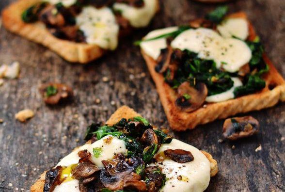 Смачний і швидкий сніданок: як приготувати тости з печерицями та сиром