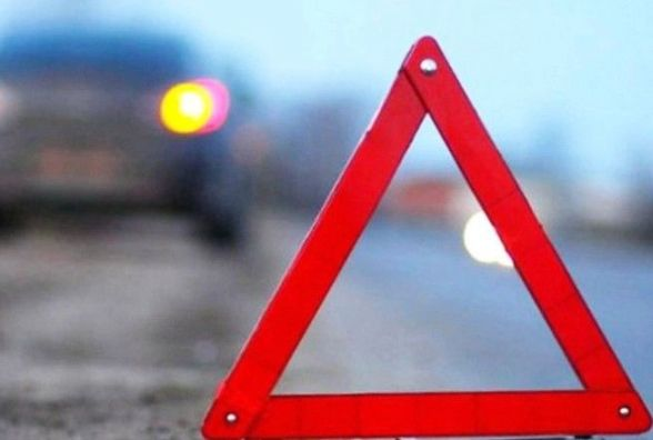 """У Хмельницькому """"Опель"""" врізався у припаркований автомобіль аварійної служби «Хмельницькводоканалу»"""