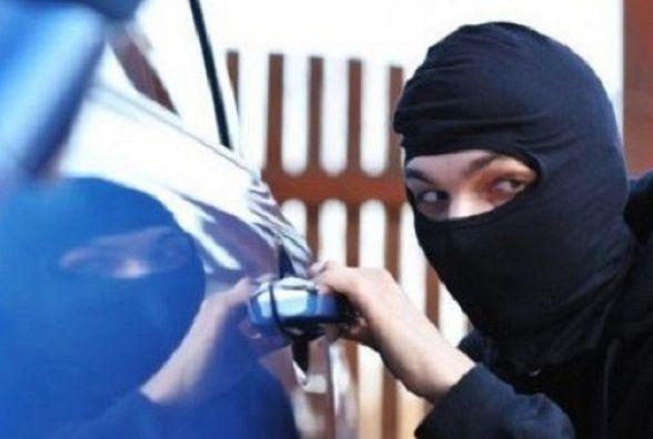 """На Проскурівській пограбували припаркований """"Volkswagen"""""""