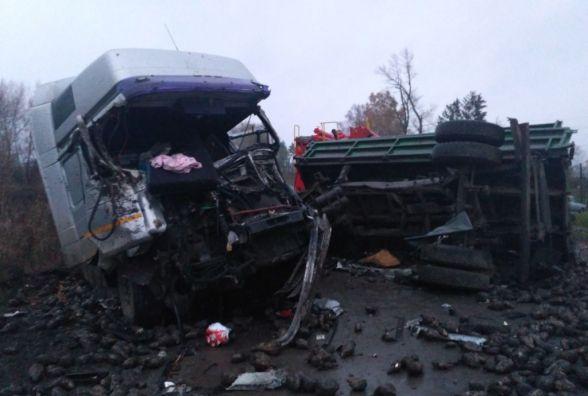 """У Теофіпольському районі вантажівка в'їхала в """"Камаз"""". Водія затисло в кабіні"""