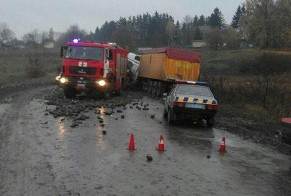 """На Хмельниччині причеп від'єднався від """"КамАЗу"""" і влетів у """"МАН"""": постраждав водій"""