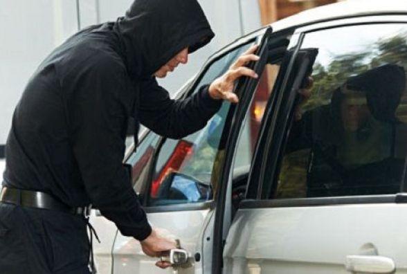 У Хмельницькому за добу обчистили 4 автомобілі: поцупили документи, гроші та інструменти