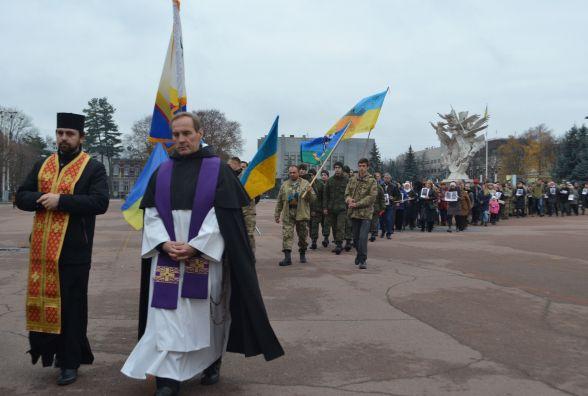 З величезним хрестом та світлинами загиблих воїнів у Хмельницькому відбулась молитовна хода