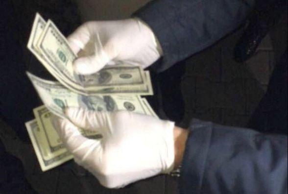 Адвокат вимагав 1000 доларів у підзахисної хмельничанки
