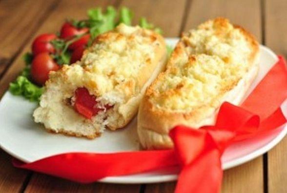 Цільнозернова булочка з сиром і помідорами: корисний сніданок, який готується за лічені хвилини