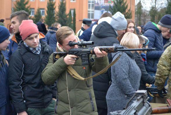 Зброя, техніка і показові виступи: в прикордонній академії «заманювали» майбутніх курсантів