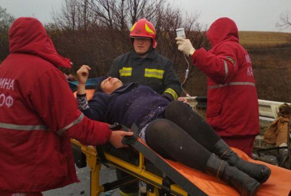 На Хмельниччині причеп з колодами відірвався і врізався в автомобіль: двоє потерпілих