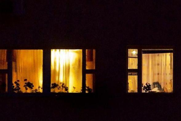 Через вікно на простирадлі: у Шепетівці рятували чоловіка, який втікав з гуртожитка