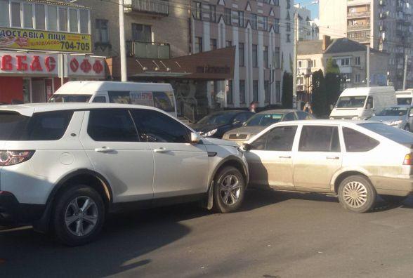 В центрі Хмельницького «Land Rover» в'їхав у «Volkswagen»