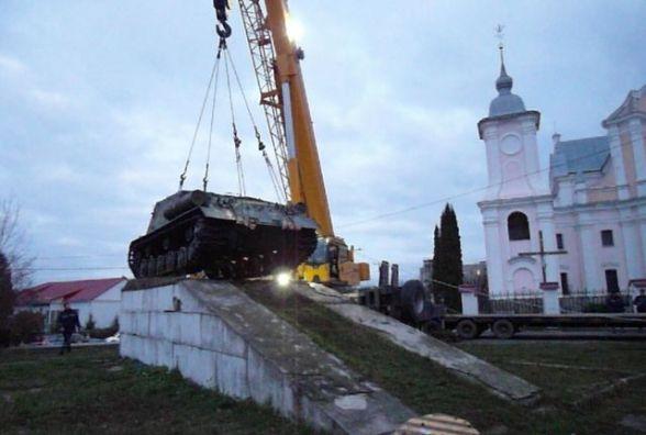 В Ізяславі демонтували танк із території палацу Сангушків