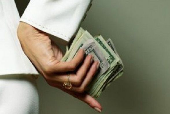 На Хмельниччині з хабарем 1,5 тисячі доларів впіймали заступницю голови об'єднаної тергромади