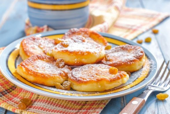 Смачний та швидкий сніданок: як приготувати сирники з манкою