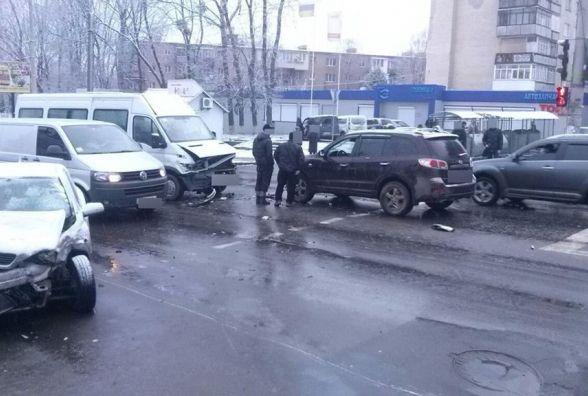 На Львівському шосе зіткнулися два легковика і автобус. Травми отримали п'ятеро