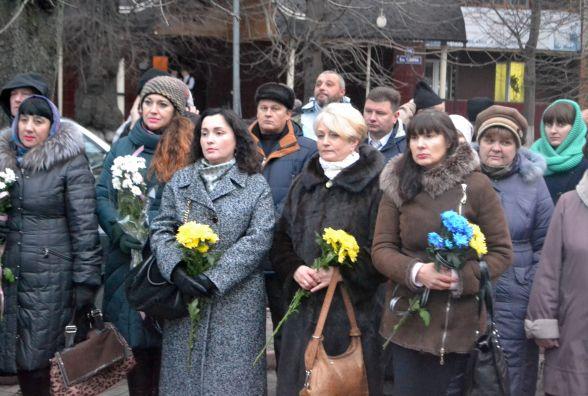 """Вшанування пам'яті героїв у Хмельницькому: на мітинг прийшли з прапорами """"Свободи"""", слово дали лише Симчишину"""