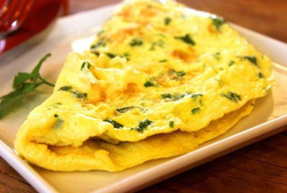 Смачний та швидкий сніданок: як приготувати пишний омлет