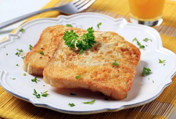 Смачний та швидкий сніданок: як приготувати грінки з яйцем і сиром