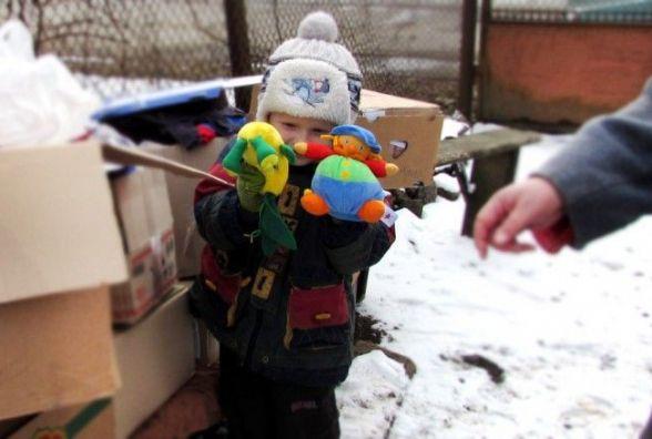 Іграшки, солодощі, канцтовари: у Хмельницькому збирають подарунки на Схід