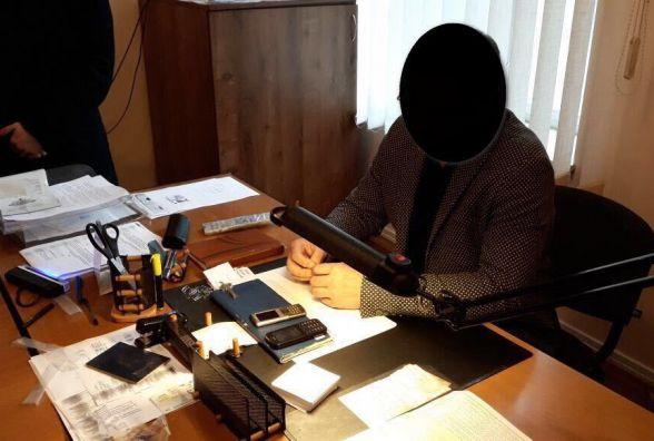 Посадовця міграційної служби затримали в кабінеті з доларами в руках