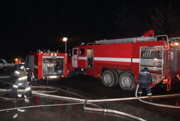 У Хмельницькому горів завод виробів із пластику. Вогонь гасили три пожежні машини