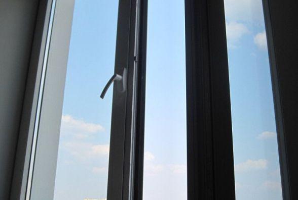 Трирічний хлопчик випав з вікна багатоповерхівки на Виставці.  Хлопчик у реанімації