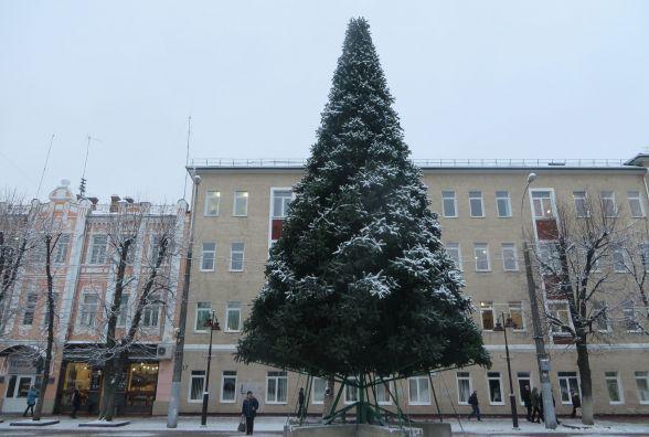 Фото дня: на Проскурівській встановили 18-метрову новорічну ялинку