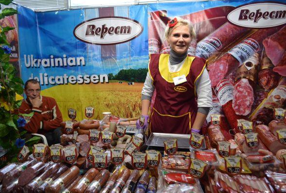 Сир, ковбаска і торти: що і за скільки продають на ярмарку хмельницьких виробників