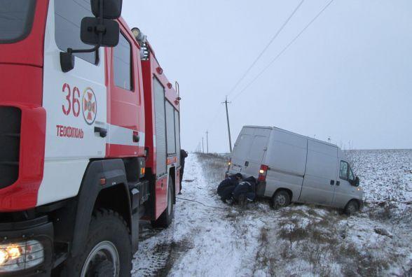 У Красилівському районі бус злетів у кювет. Автівку витягали рятувальники