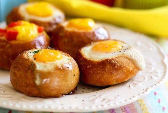 Смачний сніданок за 5 хвилин: як приготувати яйце з шинкою у булочці